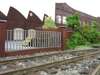 Mauer- und Zaun-System